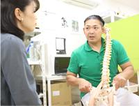 骨の模型を使っての、治療計画の説明
